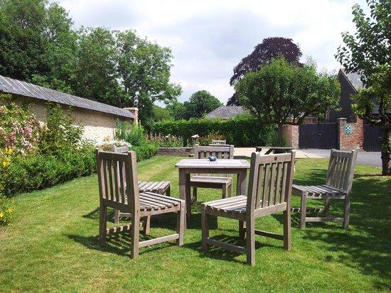 The Pembroke Arms Hotel: hotel garden