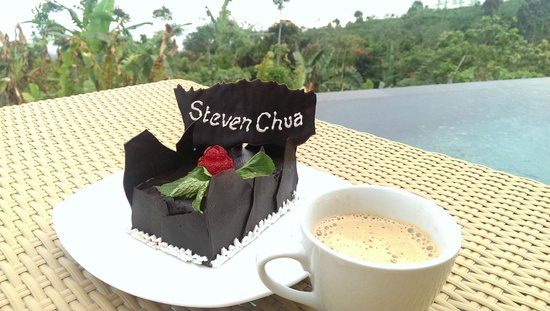 Munduk Moding Plantation: The complimentary honeymooner cake :)