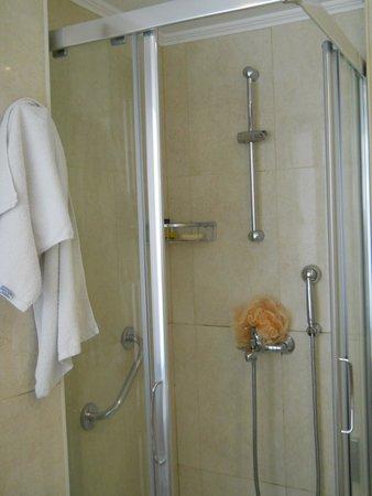 Doreta Beach Hotel: Ванная комната_душевая кабина