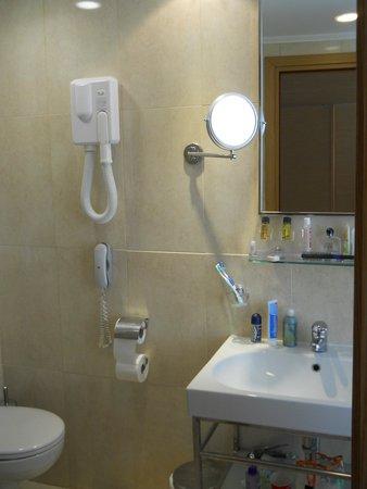 Doreta Beach Hotel: Телефон в ванной_удобно