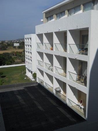 Doreta Beach Hotel: Бывает и такой вид из окна
