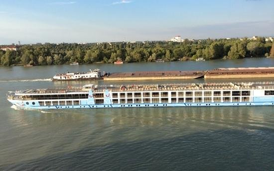 Hilton Vienna Danube Waterfront: Lots of views of river cruises and barges.