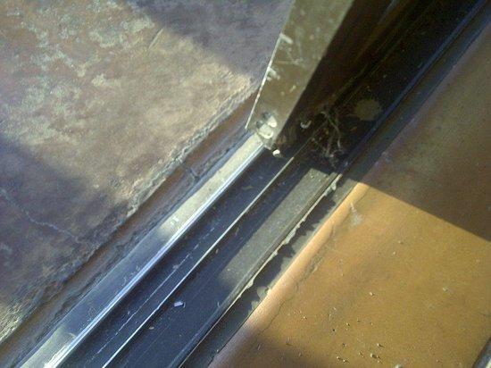 AVANI Victoria Falls Resort: Damaged sliding door