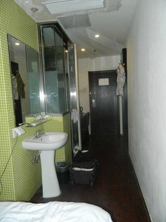 FX Hotel Shanghai Jinshajiang Road: часть номера(коридор аля гостиная)