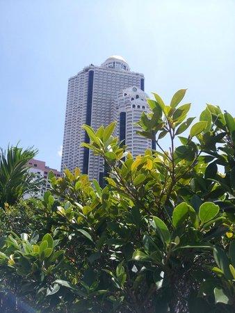 Novotel Bangkok Fenix Silom: sirocco visto dalla piscina