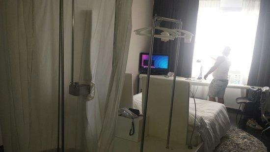 Radisson Blu es. Hotel, Roma: Douche et chambre