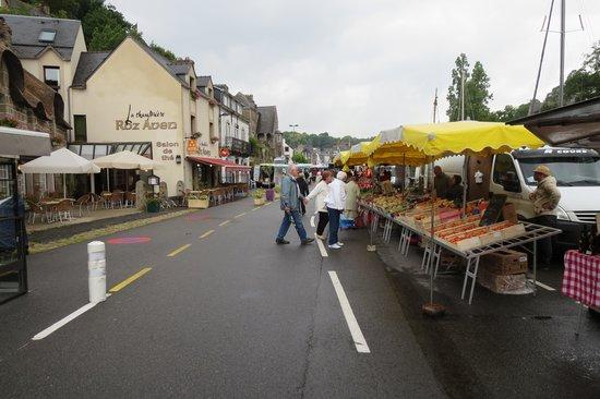 LA CHAUMIERE ROZ AVEN : Market with La Chaumiere to left