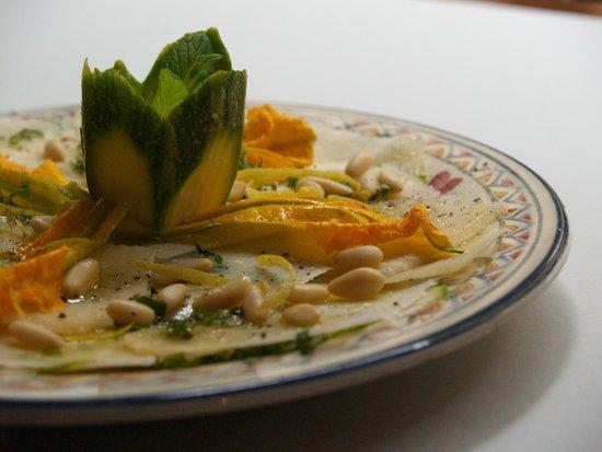 Tramonti e Muffati: Carpaccio di zucchine romanesche con Parmigiano, pinoli e menta selvatica