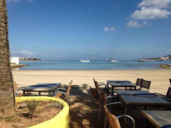 Hotel Gran Sol: Bar along San Antonio Bay Beach