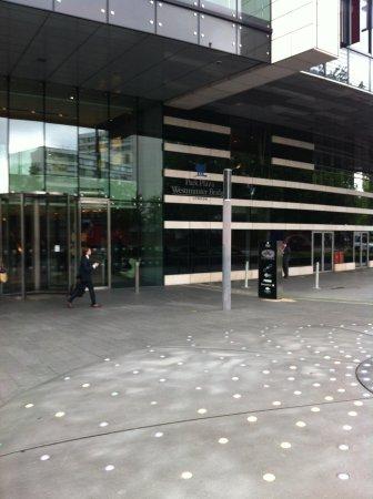 Park Plaza Westminster Bridge London : L'ingresso presieduto da due eleganti portieri