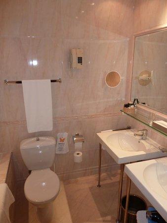 Hotel Konig Von Ungarn: Spacious bathroom