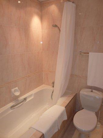 Hotel Konig Von Ungarn: Bath tub