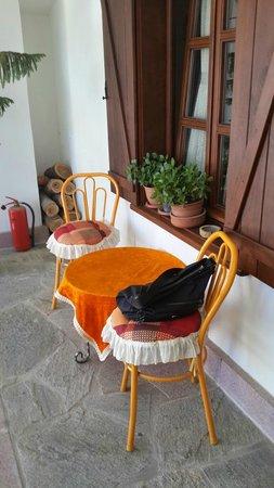 Misanli Pension: Oda önü- iç avlu