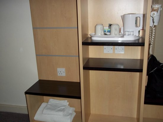 Holiday Inn Express Stansted Airport: Facilities with kettle for tea/coffee etc