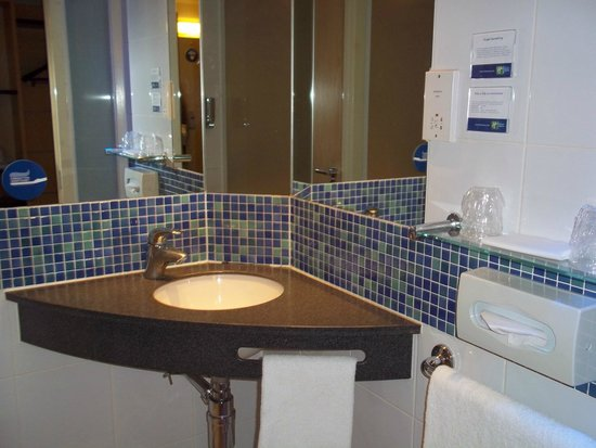 Holiday Inn Express Stansted Airport: Bathroom with sink/mirror and shower/WC to the left