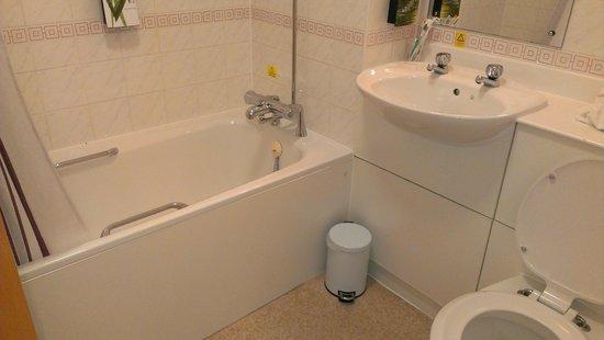 Leonardo Royal Hotel Edinburgh : Bathroom with tub