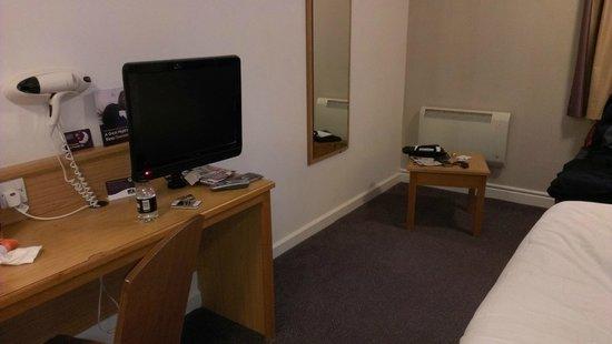 Leonardo Royal Hotel Edinburgh: TV and table in room