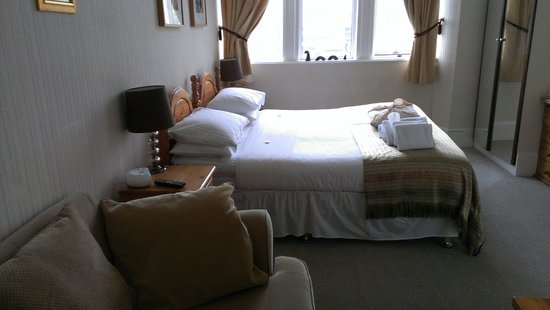 Castle View Guesthouse : Firm bed and lovely view from the windows