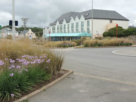 Hotel Restaurant de l'Ocean : Approach to Hotel
