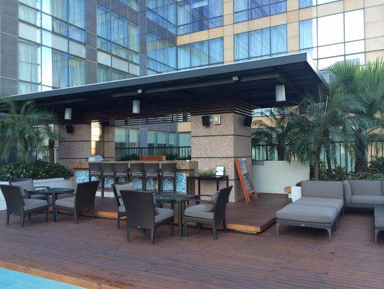 Fairmont Makati: Poolside bar