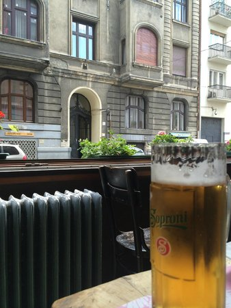 Jelen Bisztro: Open walls are nice plus, Soproni beer cheap