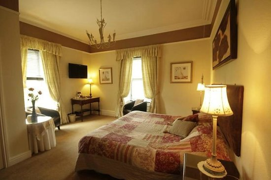 Fairview Guest House: Room 4: large en-suite room offering king-size or twin beds, with views over the fells