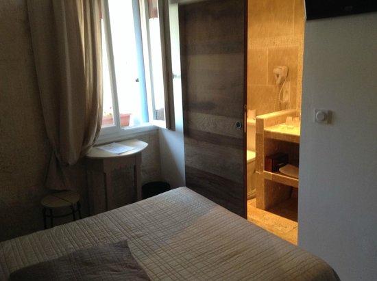 Logis Hotel de la Muette: kamer met badkamer