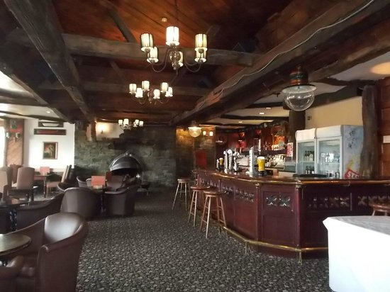 The Hillcrest Hotel Widnes : Bar/dining area