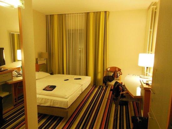 Ramada Huerth-Koeln: кровать