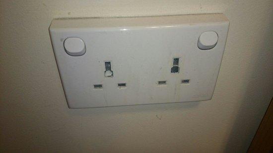 Hotel Olympia: Dodgy plug.