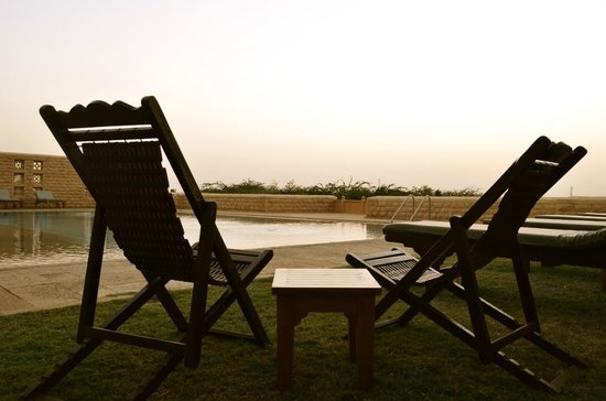 Hotel Rawalkot Jaisalmer: seating by the pool