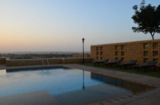 Hotel Rawalkot Jaisalmer: Sunset by the pool