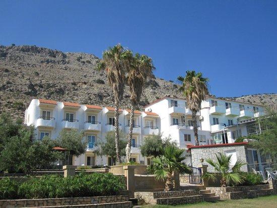 Hotel Ilyssion: Blick auf das Hotel vom Strand aus