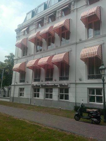 Carlton Ambassador Hotel : Exterior
