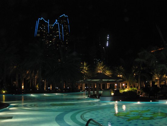 Emirates Palace: Pool bei Nacht