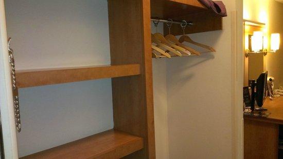 Premier Inn Glasgow City Centre (George Square) Hotel: Open rack for wardrobe