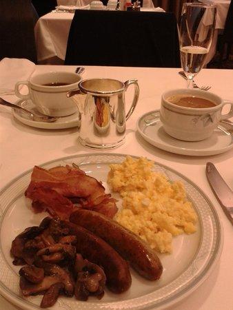 Hotel Prinsenhof Bruges: warm ontbijt met spek, ei, worstjes en champignons
