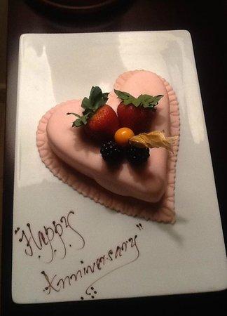 Anantara Sir Bani Yas Island Al Yamm Villa Resort: Our surprise Anniversary cake from the Hotel Management. Thank you.