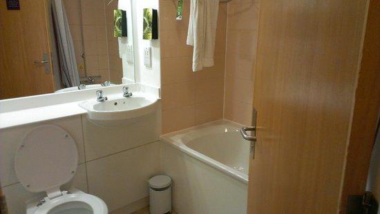 Premier Inn Glasgow City Centre (George Square) Hotel: Clean bathroom