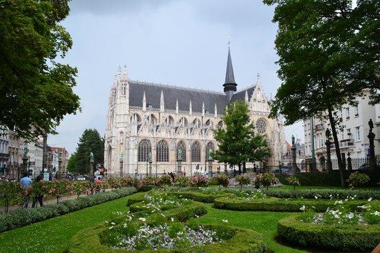 Notre Dame du Sablon : Vista da Jardin du Petit Sablon