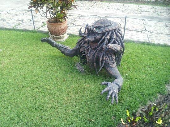 Wat Rong Khun : predator