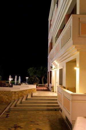 Aphrodite Beach Hotel: ночью