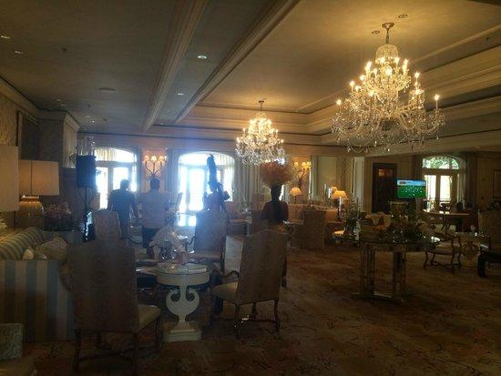 Eau Palm Beach Resort & Spa: Bar Area - a Real Circus at Times