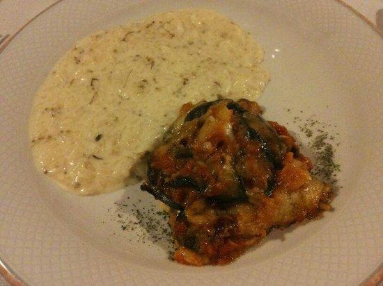 Agriturismo Ferdy: Primi Piatti: Risotto al Sambuco e Parmigiana di Melanzane con Formaggi Locali