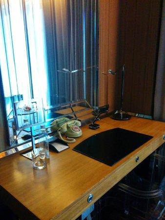 Hotel Eclat Taipei: room desk