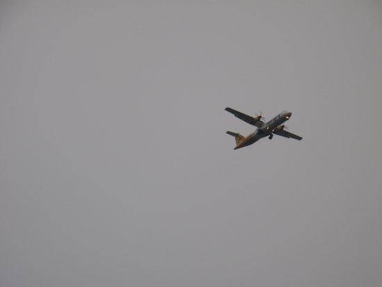 Fermain Valley Hotel: Flugzeug vom Zimmer aus gesehen
