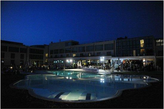 Allegroitalia Pisa Tower Plaza: Vista piscina notturna