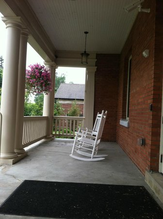 Marina Inn & Suites: The Front Porch