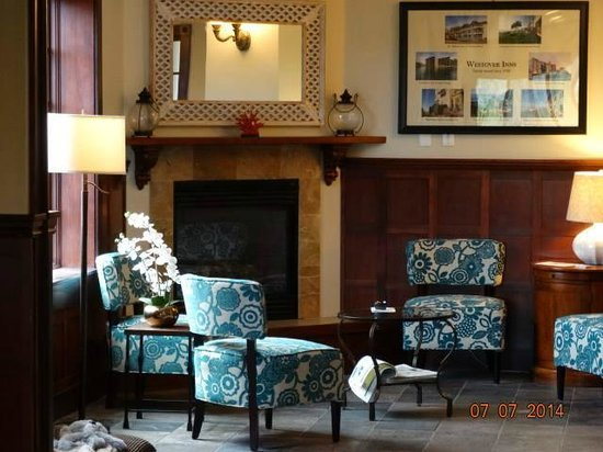 Shearwater Inn: We took this picture of the lobby and lounge area, while checking in.  It was cute and cozy!