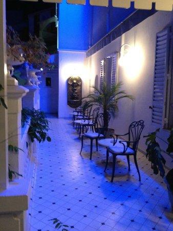 Hotel Le Magnolia : Petite terrasse en sortant de la réception